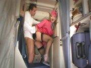 Geile Stewardess fickt im Flugzeug