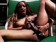 Ebony Schlampe fickt sich mit Dildo